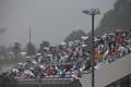 決勝レース: 雨天の中レースを見守る観客