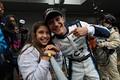 決勝レース: 優勝したアレックス・パロウ(TCS NAKAJIMA RACING)と妹
