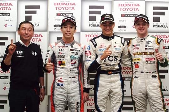 決勝フォトセッション: トップ3のドライバーと優勝チーム監督