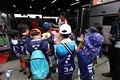 ピットウォーク: 子どもたちにステアリングの説明をするKONDO RACINGのスタッフ