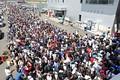 ピットウォーク: 大勢の観客でごった返す入場の列