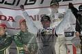 表彰式: GT300クラスで優勝したアンドレ・クート(JLOC)