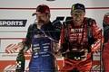 表彰式: GT500クラスで優勝した山下健太と3位のロニー・クインタレッリ