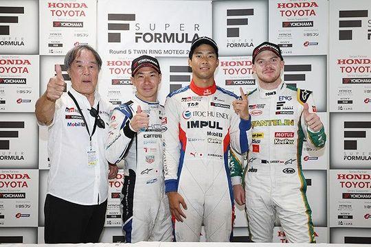 決勝フォトセッション: トップ3のドライバーとチーム監督