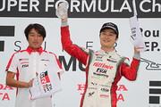 表彰式: 優勝した山下健太と近藤真彦監督(KONDO RACING)