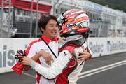 優勝した山下健太と抱き合う近藤真彦監督(KONDO RACING)