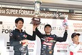 表彰式: 第7戦で優勝した野尻智紀と中野信治監督(TEAM MUGEN)