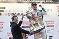 表彰式: ドライバーズチャンピオンを獲得したニック・キャシディ(VANTELIN TEAM TOM'S)