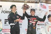 表彰式: 優勝した野尻智紀と監督の中野信治氏(TEAM MUGEN)