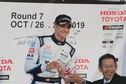 表彰式: ルーキーオフザイヤーを獲得したアレックス・パロウ(TCS NAKAJIMA RACING)