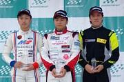 表彰式: 左から2位・中村賢明、優勝・岩佐歩夢、3位・入山翔