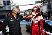 チーム監督の関谷正徳氏と優勝した平良響(TGR-DC Racing School)