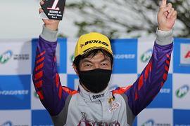 表彰式: マスタークラスで優勝した今田信宏(JMS RACING)