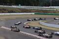 決勝レース: スタート直後、1コーナーを通過する各ドライバーたち