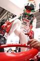 決勝レース: マシンに乗り込むサッシャ・フェネストラズ(KONDO RACING)