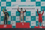 表彰式: 左から2位・元嶋成弥、優勝・岡本大地、3位・八巻渉