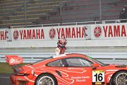 ST-Xクラスで優勝してマシンを降りた上村優太(Porsche Center Okazaki GT3R)