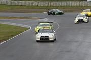 レースは降雨のためセーフティーカー先導でスタートが切られた
