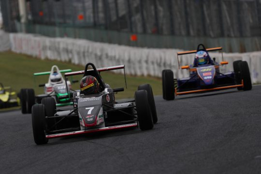 ドライタイヤを選択した予選2位の本田千啓(オートルック☆モダン☆10V)順位を落とす