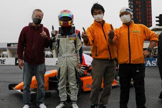 優勝した野島遼葵とチームクルー