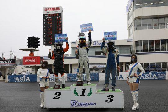 総合の表彰式: 左から2位・安田航、優勝・野島遼葵、3位・秋山健也
