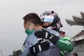 優勝した澤龍之介と抱き合うチームオーナーの星野敏