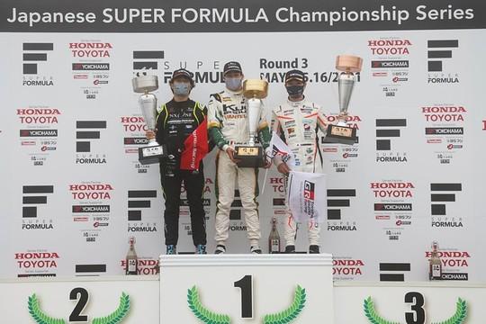 表彰式: 左から3位・松下 信治、優勝・ジュリアーノ・アレジ、2位・阪口晴南