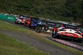 決勝レース: ハイポイントコーナーに向かって駆け上がるGTマシン