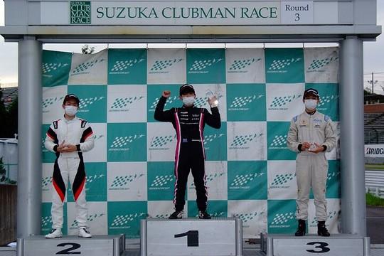 表彰式: 左から2位・佐藤巧望、優勝・岡本大地、3位・居附明利