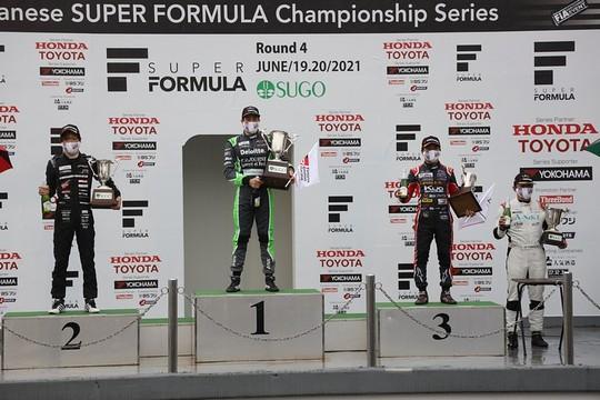 表彰式: 左から2位・名取鉄平、優勝・ジュリアーノ・アレジ、3位・平良響
