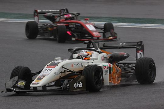 決勝で2位に入った三宅淳詞(MAX RACING 320)と3位の小高一斗(Kuoカローラ中京TOM\'S 320)
