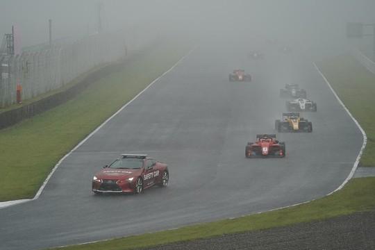 レースはセーフティーカー先導で始まった