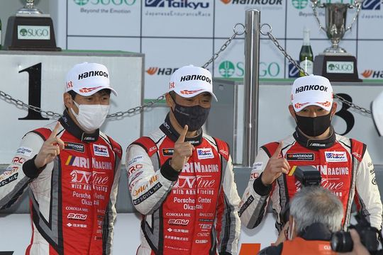 グループ1決勝: ST-Xクラスで優勝した永井宏明/上村優太/中山雄一組(Porsche Center Okazaki)