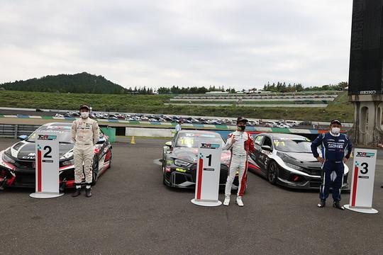 パルクフェルメに並べられた上位3台とそのドライバーたち